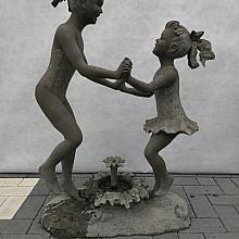 Twee meisjes rond waterfontijn