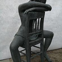 Vrouw zittend op stoel